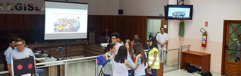 Alunos da Escola Adventista visitam Câmara Municipal